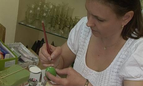 Hana Vranková zdobí kraslici kontrastním reliéfním vzorem.